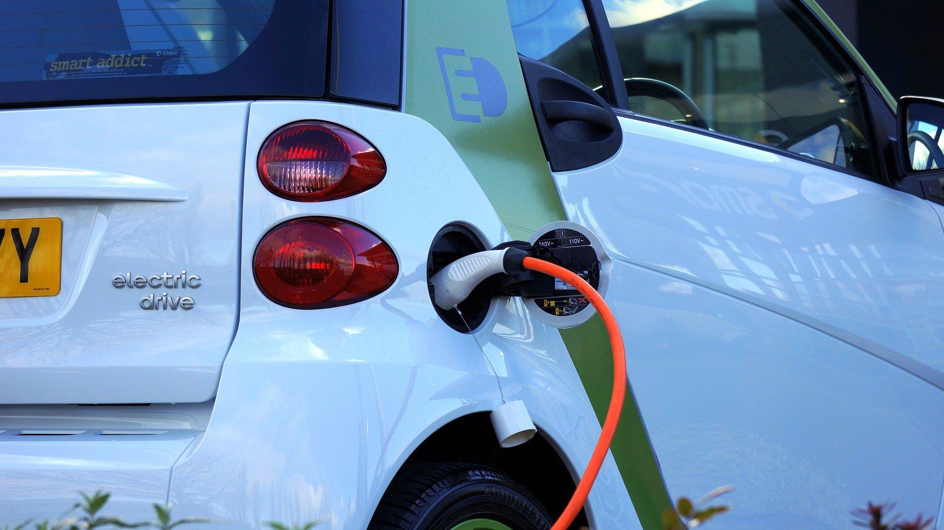 Sempre meno auto inquinanti a Bologna: in aumento quelle ibride ed elettriche