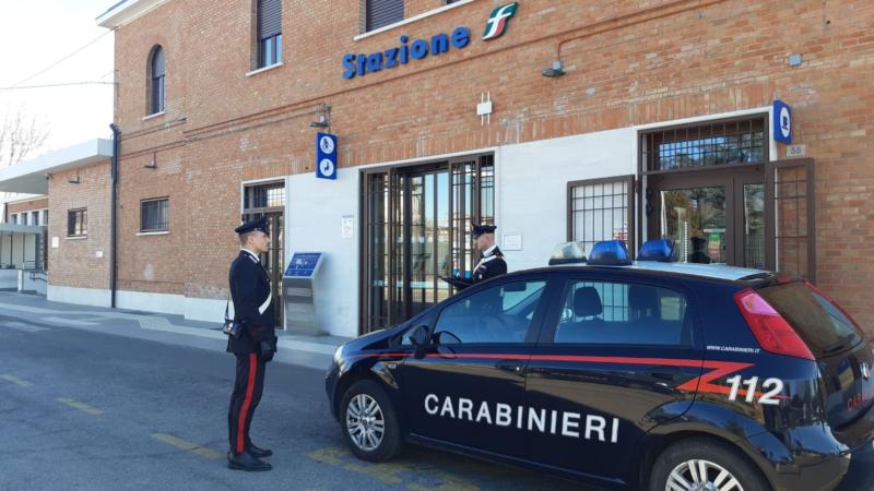 Palpeggia una sedicenne alla fermata del bus della Stazione di S.Pietro in Casale: arrestato per violenza sessuale