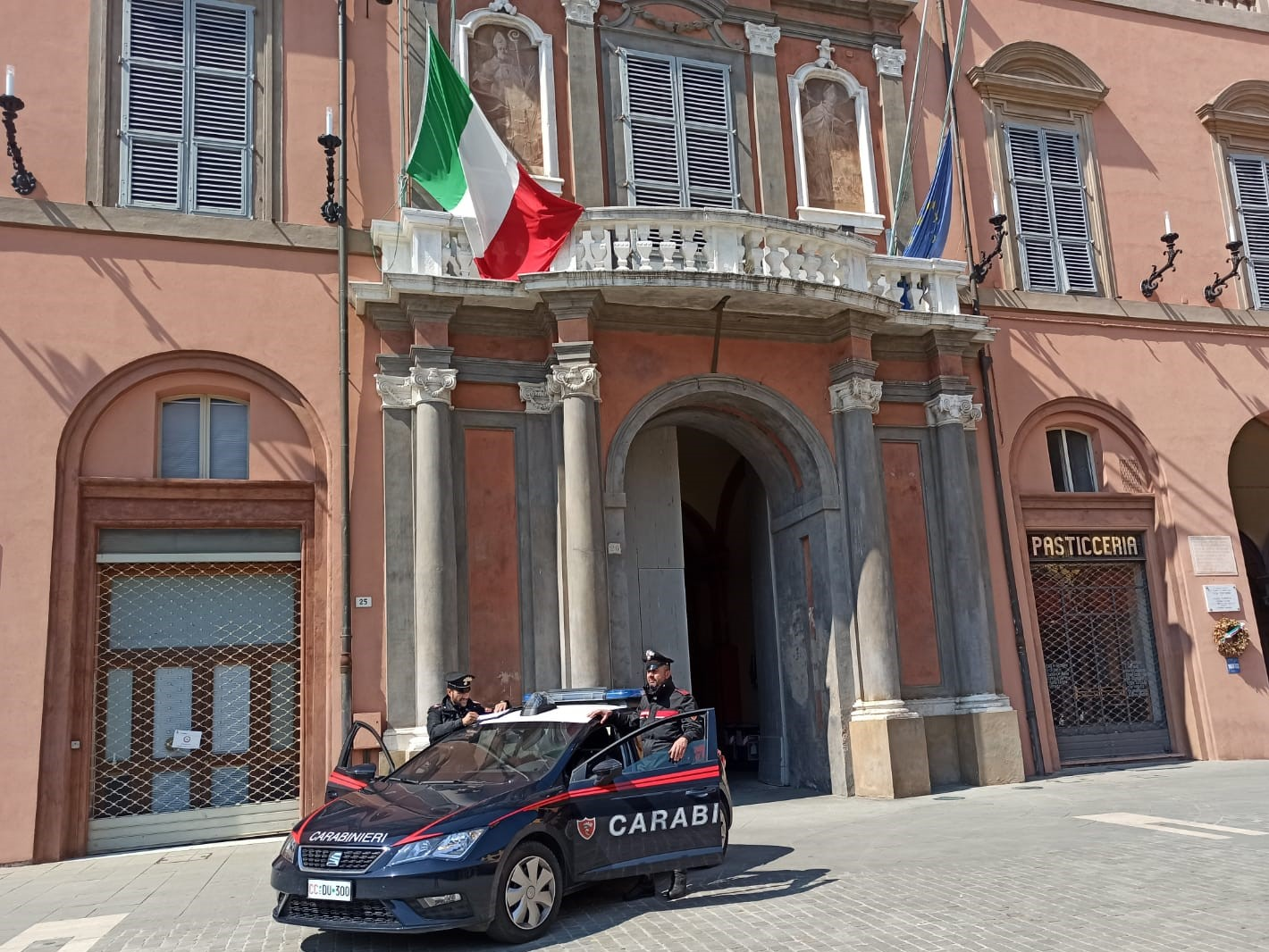 Imola, la convivenza forzata con l'amica e la dispensa vuota innescano una lite domestica: in soccorso arrivano i Carabinieri
