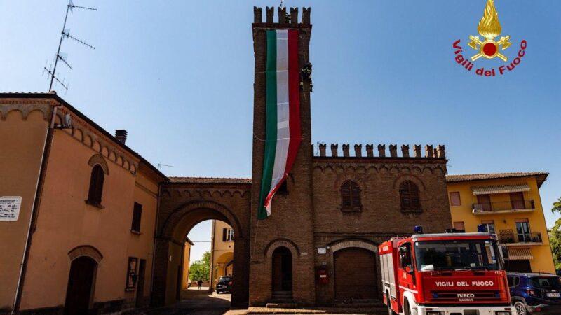 Si stacca la bandiera dalla torre campanaria comunale: a Casalfiumanese intervengono i Vigili del Fuoco