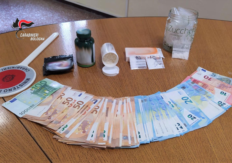 """Bologna, diversi grammi di droga """"ChemSex""""e più di 3.000 euro in contanti: arrestato un 42 enne italiano"""