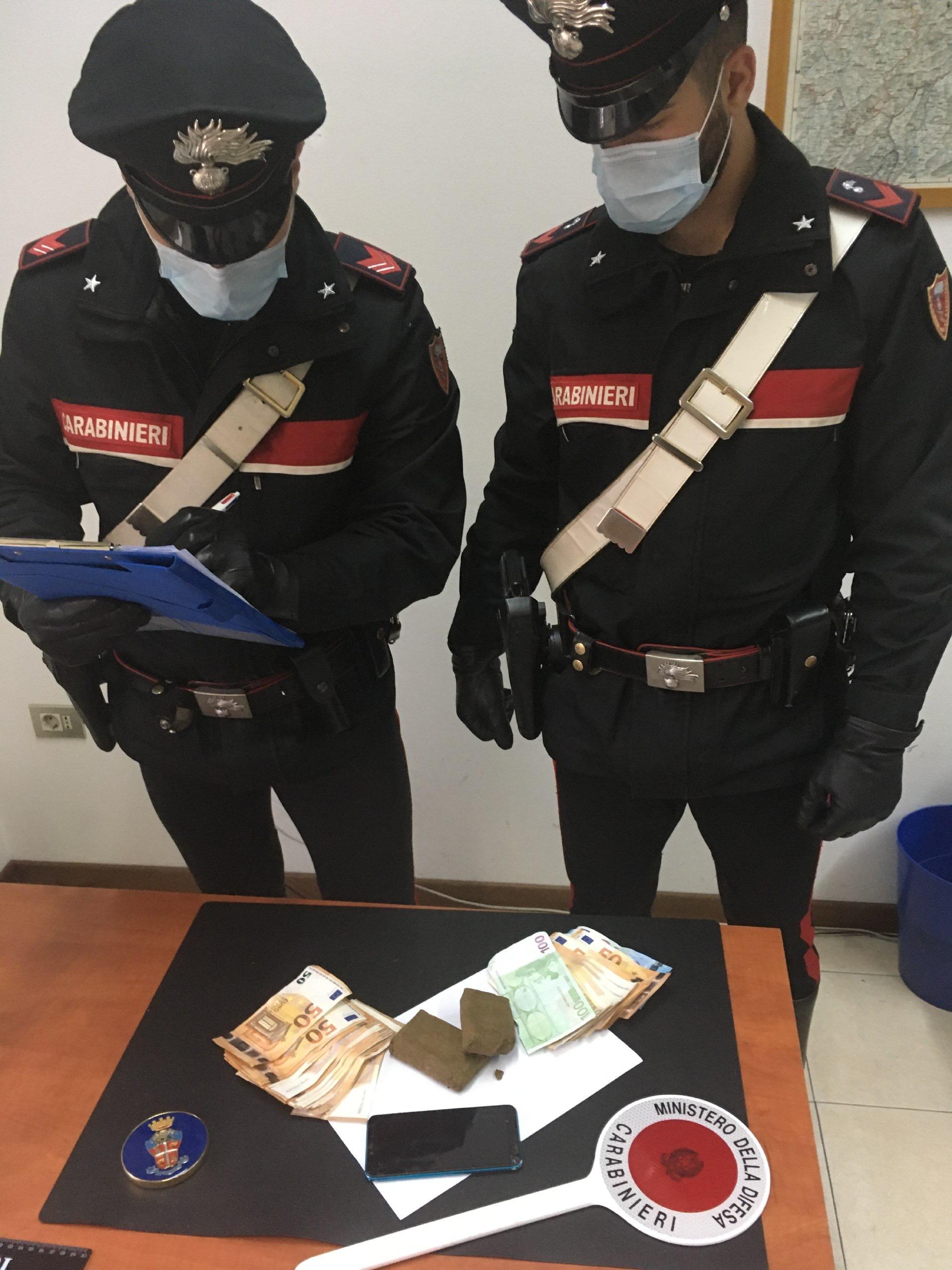 In possesso di 190 grammi di hashish e 3.150 euro in contanti: arrestato per spaccio un 45enne marocchino