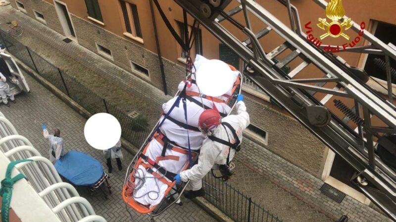 Imbragato e calato dall'alto: i vigili del fuoco in soccorso di una persona in via Fioravanti a Bologna
