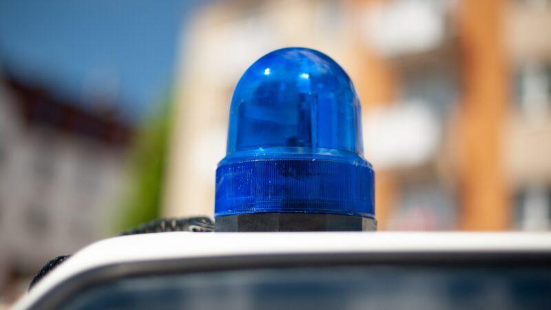 Per estorcegli denaro lo hanno aggredito con calci e pugni: quattro persone arrestate dalla Polizia
