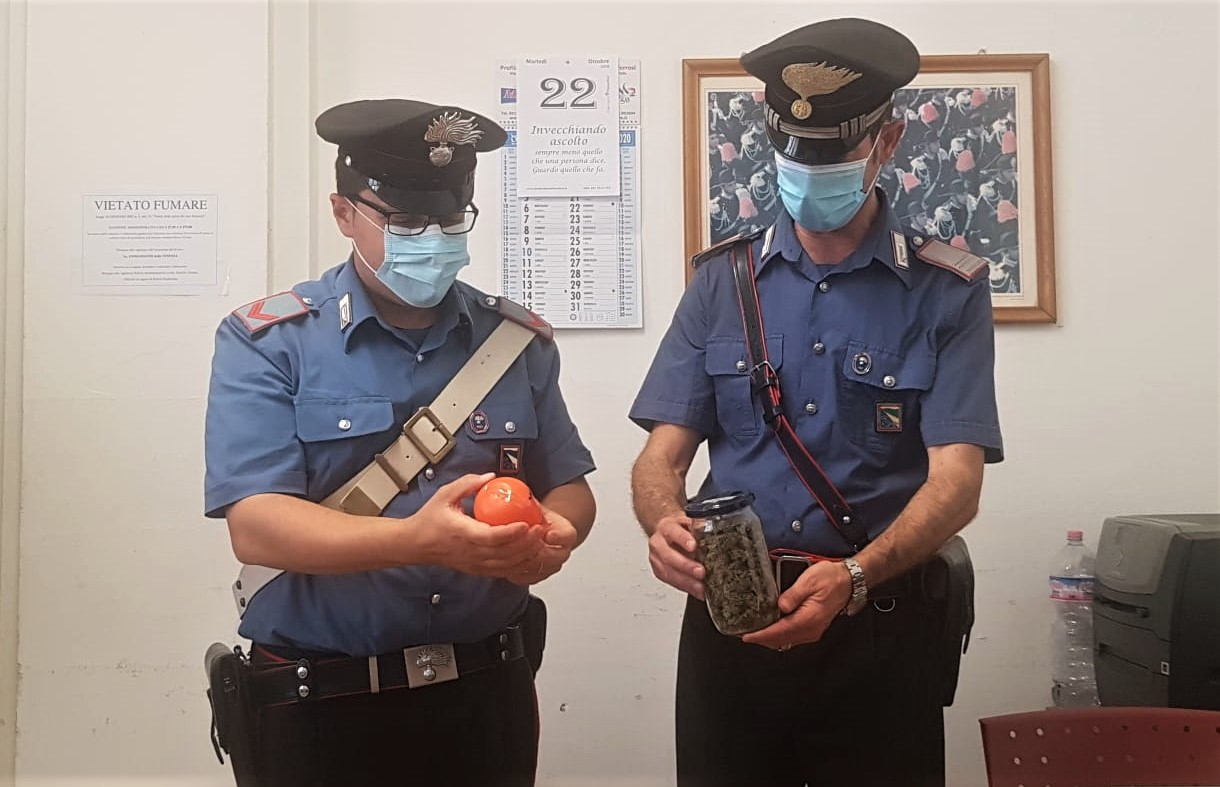 """Trovato con 130 """"palline"""" contenenti una cinquantina di grammi di marijuana: arrestato un 45enne italiano"""