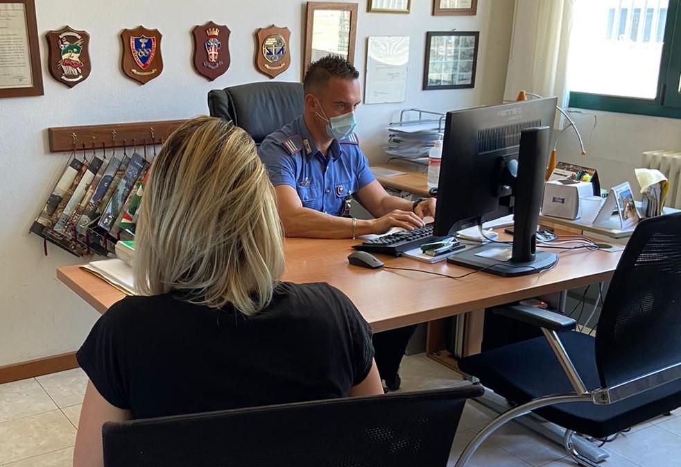 Per un raptus di gelosia distrugge l'appartamento e aggredisce verbalmente i carabinieri: arrestato un 38enne