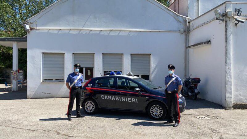 Sale sul cornicione e minaccia di buttarsi: sul posto Carabinieri, 118 e Vigili del Fuoco