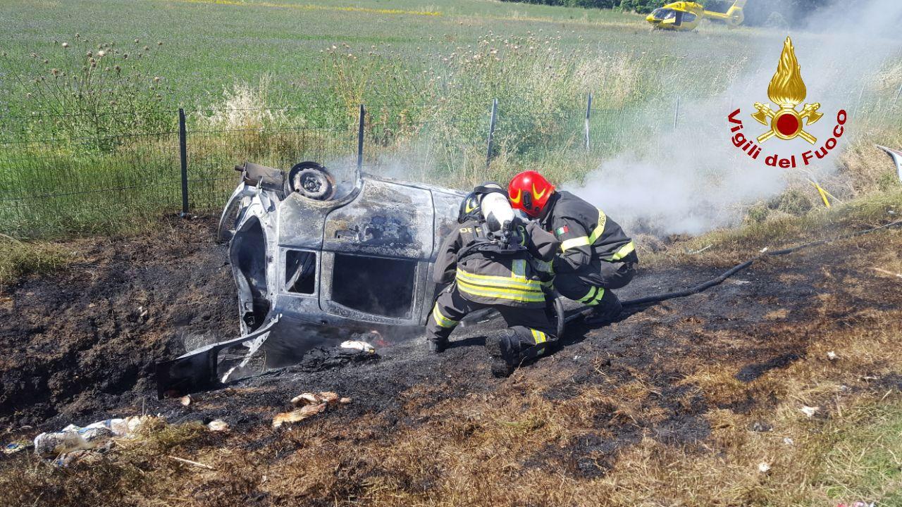 A14, esce di strada e la macchina prende fuoco: una persona deceduta