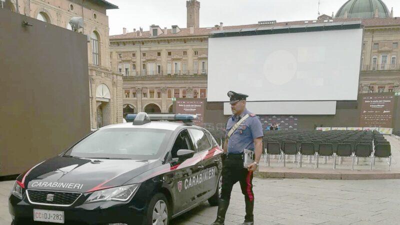 Proietta un film pornografico sul maxi schermo in Piazza Maggiore: intervengono i Carabinieri
