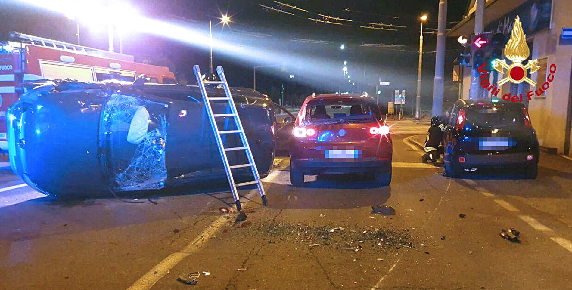 Bologna, intervento dei Vigili del Fuoco questa notte per un incidente stradale: tre le vetture coinvolte