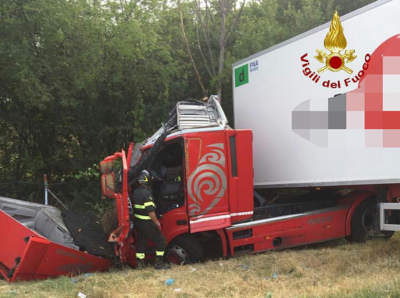 A14, incidente tra un furgone e un camion: due persone rimaste ferite
