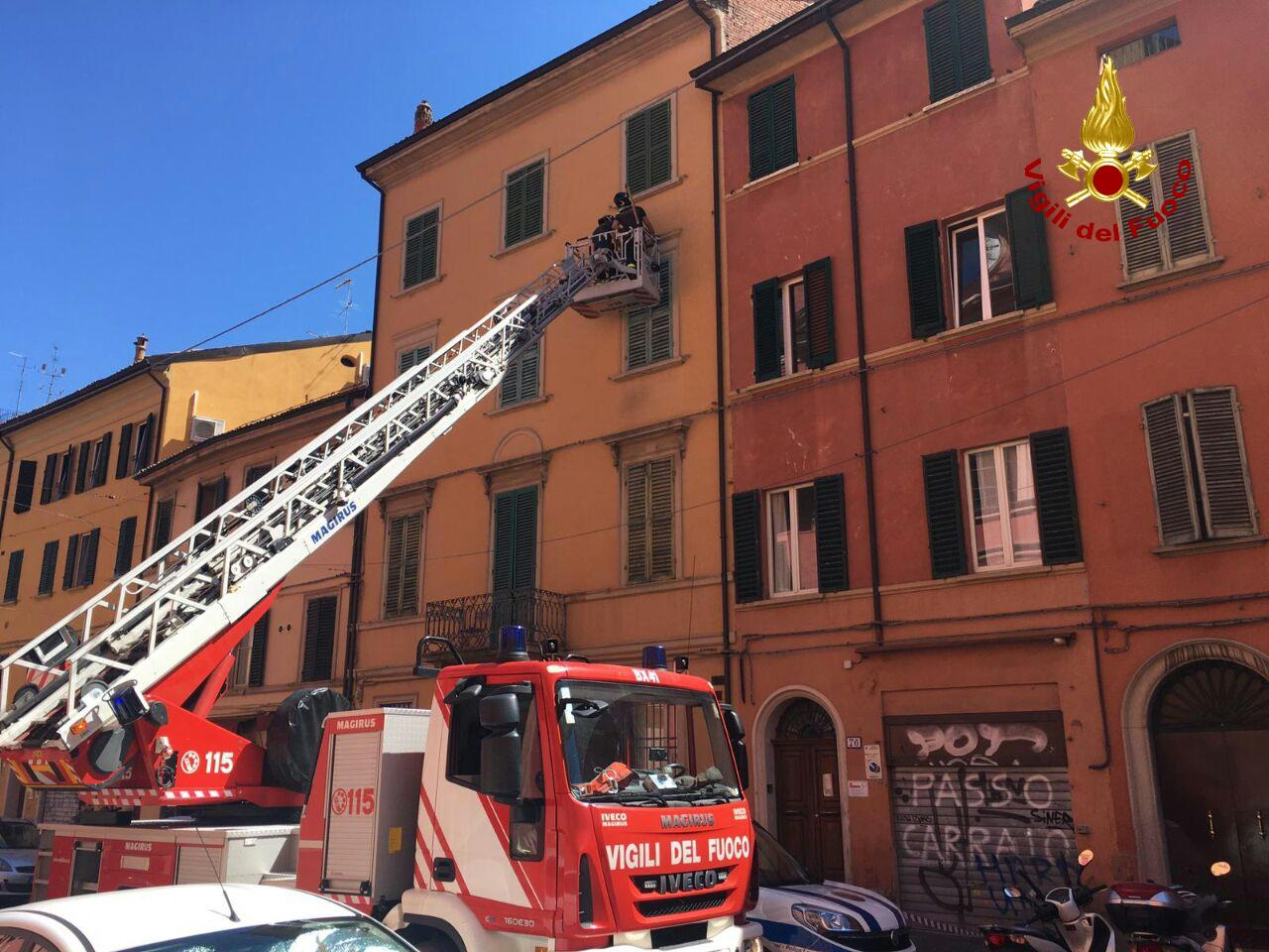 Bologna, parti pericolanti da un palazzo storico in centro: in via Goito intervengono i Vigili del Fuoco