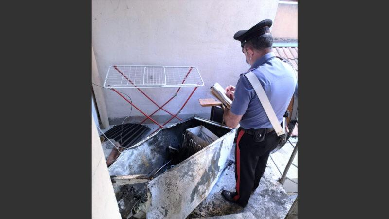 Il frigorifero funziona male e scoppia un incendio in casa: un uomo gravemente ustionato nel bolognese