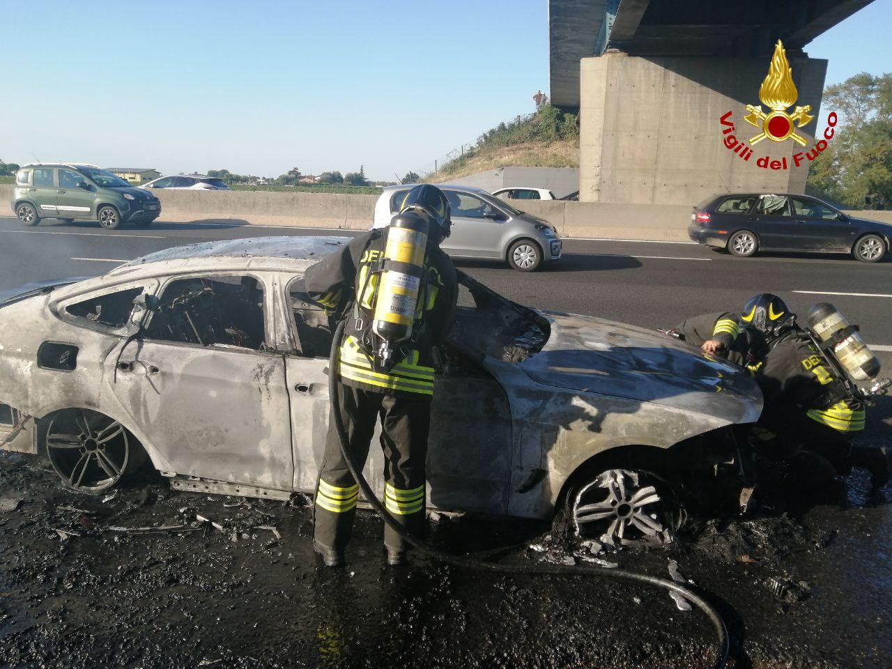 A14, auto prende fuoco nei pressi di Castel San Pietro: intervengono i Vigili del Fuoco