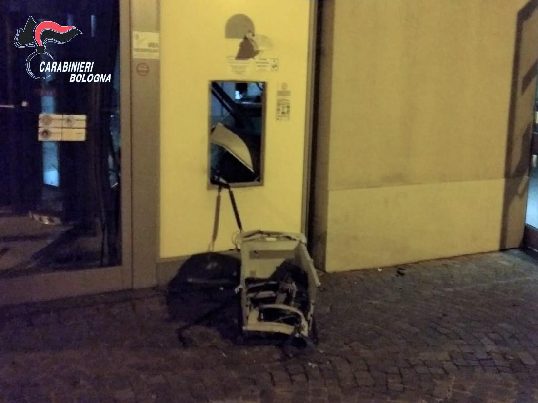 Imola, fanno esplodere uno sportello bancomat e rubano il denaro: indagano i Carabinieri