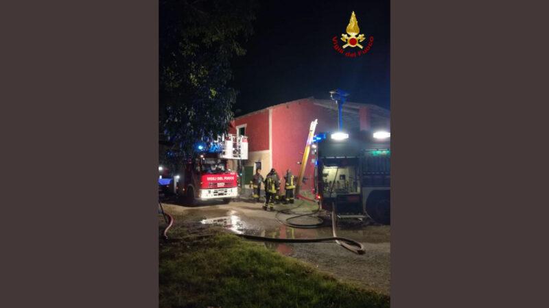 Fiamme in casa dopo l'incendio divampato in un locale comunicante: intervengono i Vigili del Fuoco