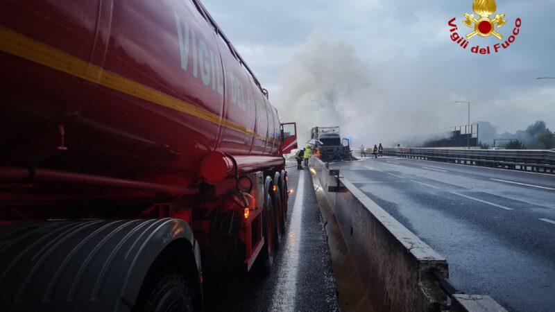 Bologna, camion va a fuoco in autostrada: circolazione momentaneamente sospesa