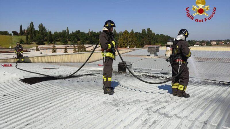 Incendio sul tetto di un capannone: provvidenziale l'intervento di un lavoratore, un vigile del fuoco volontario