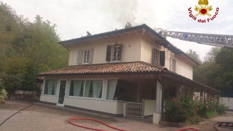 Ozzano, a fuoco la camera di un'abitazione e parte del tetto: intervengono i Vigili del Fuoco