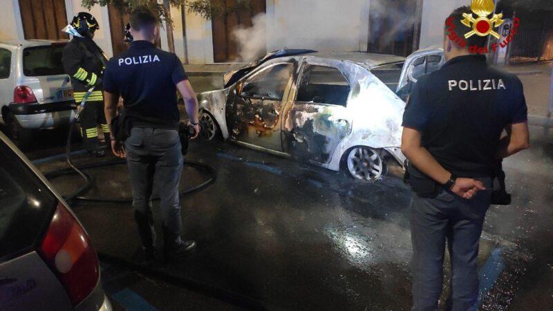 Bologna, a fuoco una vettura nella notte: in via San Donato intervengono i Vigili del Fuoco