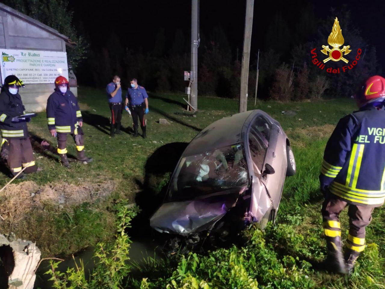 Auto finisce fuori strada e il conducente resta incastrato nella vettura: salvato dai Vigili del Fuoco