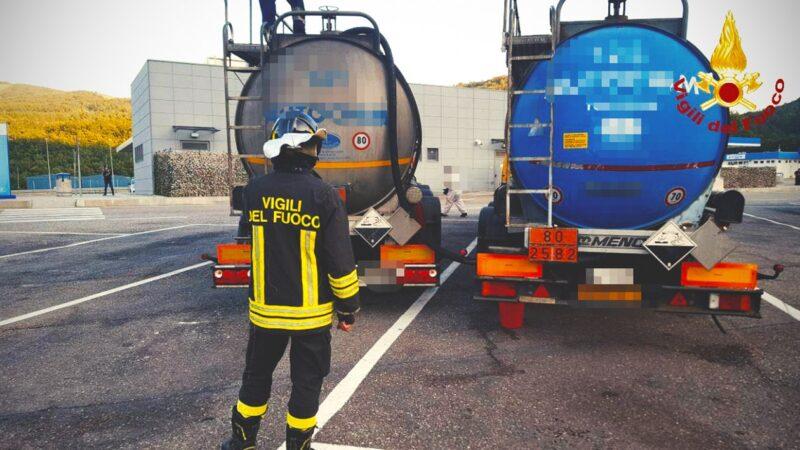 A1, travaso di sostanze tossiche tra camion per un problema ad un rimorchio: presenti i Vigili del Fuoco