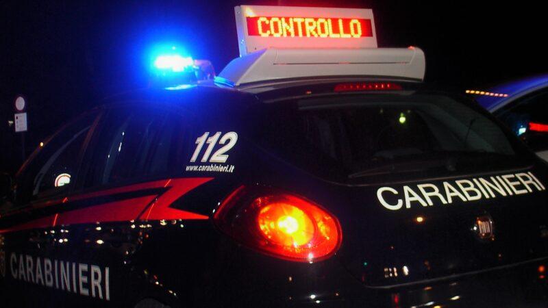 Bologna, sorpreso a rubare uno smartphone minaccia con una siringa il cameriere e lo colpisce : arrestato un 32enne