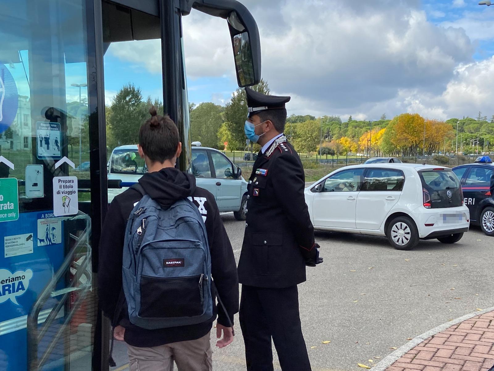 Imola, i Carabinieri al lavoro vicino le fermate dei bus per controllare il rispetto delle norme anti Covid