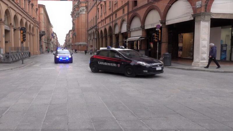 Bologna, ruba dei capi di abbigliamento e aggredisce un addetto alla sicurezza: arrestato un 25enne