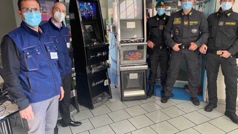 Bologna, sequestrate cinque slot machine non autorizzate in un esercizio commerciale