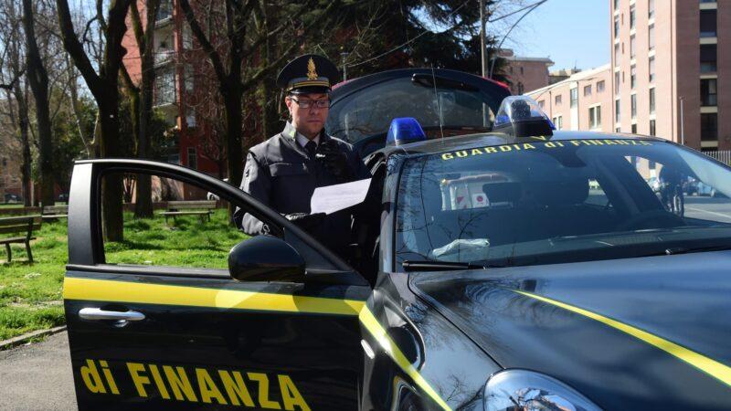 Bologna, tre lavoratori su dieci in nero: la Guardia di Finanza sospende l'attività commerciale