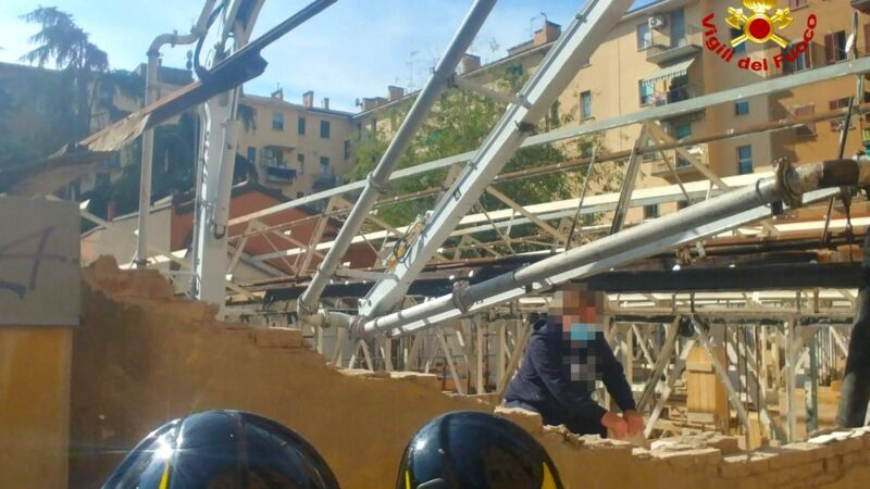 Bologna, crolla un muro divisorio: due ragazzi rimasti feriti